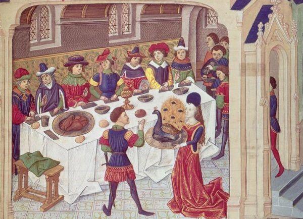 Podczas średniowiecznych uczt nie tylko podawano wyszukane potrawy, ale i dbano o etykietę. Na tej francuskiej miniaturze z XV wieku widzimy, jak na stół wkracza pieczony paw.