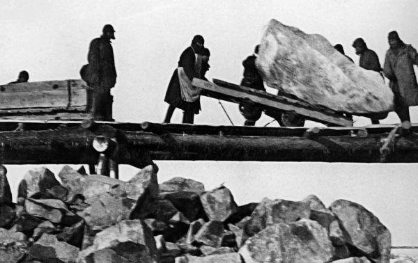 Zesłani do GUŁAGów, tak samo kobiet jak i mężczyźni, byli zmuszani do ciężkich robót. Na zdjęciu więźniowie radzieckich obozów przy budowie kanału łączącego Morze Bałtyckie z Morzem Białym.