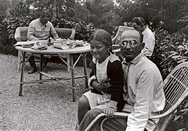 Nadieżda Mandelsztam starała się za wszelką cenę ocalić męża. Pisała nawet do samego Berii (na zdjęciu z córką Stalina na kolanach).