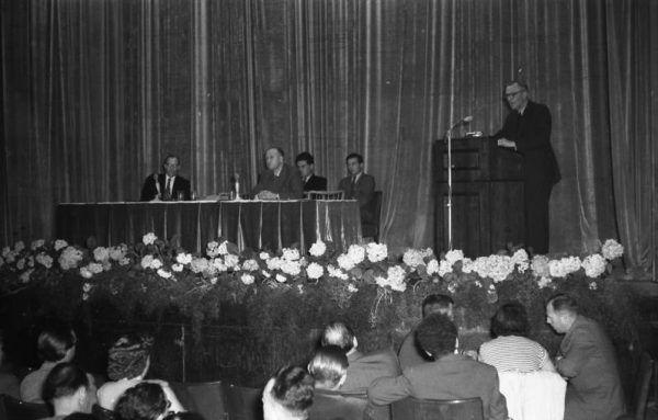 Po powrocie do wschodnich Niemiec Friedrich Paulus miał zająć się scalaniem środowiska byłych żołnierzy Wermachtu. Na zdjęciu podczas spotkania w 1954 roku.