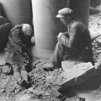 """Przedłużające się powstanie było gehenną dla setek tysięcy mieszkańców Warszawy. Na zdjęciu ofiary bombardowania """"Adrii""""."""