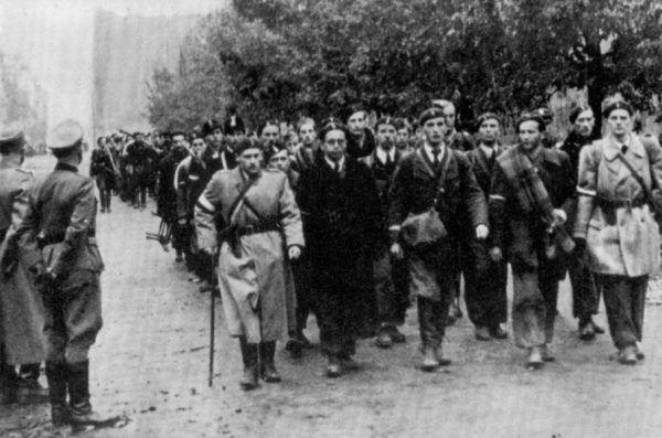 Mimo ogromu cierpień warszawiacy serdecznie żegnali powstańcze oddziały idące do niewoli.