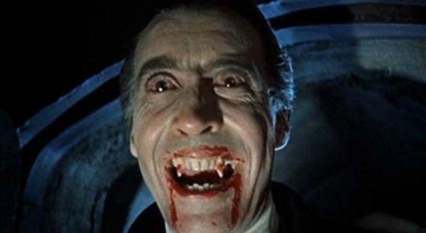 """Dziś Drakula kojarzony jest przede wszystkim z postacią wampira. Na zdjęciu Chrisoper Lee w filmie """"Dracula"""" z 1958 roku."""