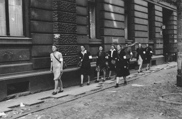 W patrolach sanitarnych Wojskowej Służby Kobiet odwagą wykazywały się nastoletnie dziewczyny. Na zdjęciu sanitariuszki AK na ulicy Moniuszki 9, dnia 5 sierpnia 1944.