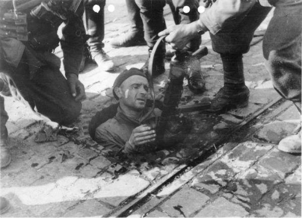 Gdy na miasto spadały bomby, życie schodziło do podziemia. Żołnierze wędrowali przemieszczając się kanałami. W piwnicach i schronach organizowano szpitale.