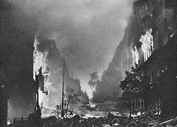 Pod koniec Powstania, gdy Warszawa płonęła, operowano bez znieczulenia nożami kuchennymi i zwykłymi piłami.