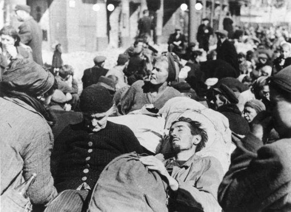 Klęską Powstania były także tysiące ofiar, rannych i zabitych, wśród ludności cywilnej.