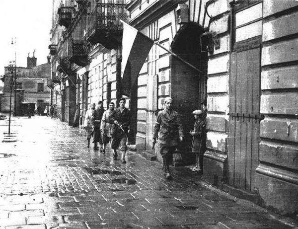 Przez pierwsze dni walk powstańcy byli entuzjastycznie witani przez warszawiaków. Z czasem sytuacja uległa zmianie.
