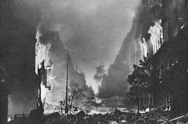 W zniszczonej Warszawie woda stała się towarem wysoce deficytowym. Na zdjęciu płonące budynki na ulicy Marszałkowskiej.