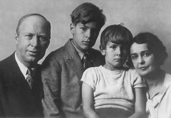 Rodzina Prokofiewów w komplecie w latach 30.