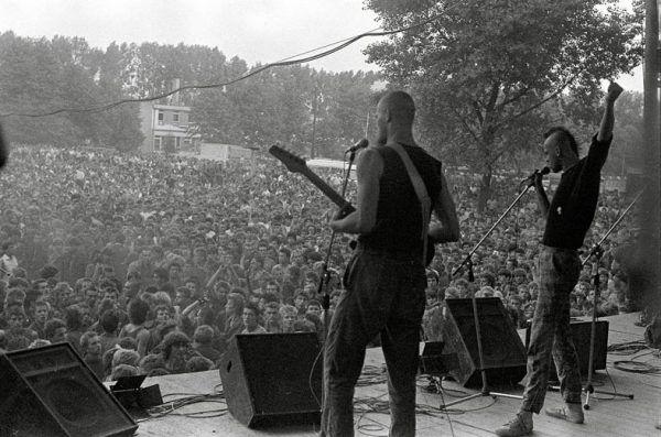 Festiwal w Jarocinie miał być wentylem bezpieczeństwa. Bezpieka nie musiała jednak dokładnie wiedzieć co się tam dzieje. Na zdjęciu zespół Siekiera na scenie w Jarocinie.