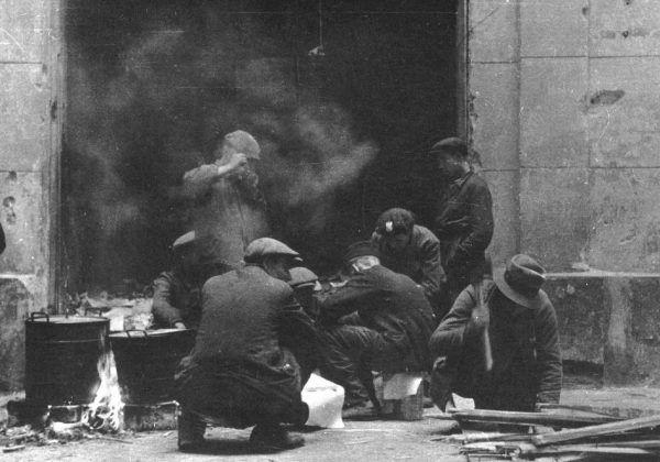 Narastający kryzys na linii powstańcy-ludność cywilna owocował coraz częstszymi scysjami. Na zdjęciu rozpalanie kuchni polowej.