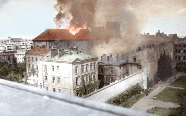 Z utratą każdej dzielnicy morale stawało się coraz gorsze. Na zdjęciu płonący kościół św. Krzyża.