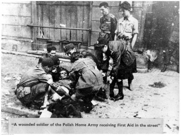 Pierwszej pomocy starano się udzielić rannym jeszcze na ulicy. Często pod ostrzałem.