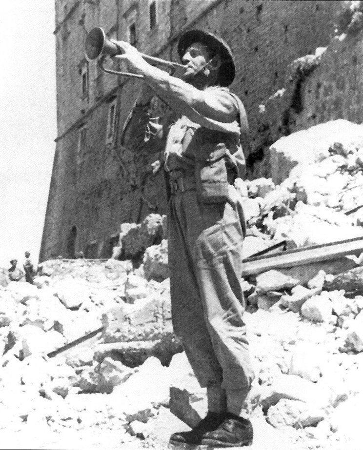 Polski hejnalista na ruinach Monte Cassino. Mógł zagrać hymn narodowy na paradzie zwycięstwa w Warszawie.