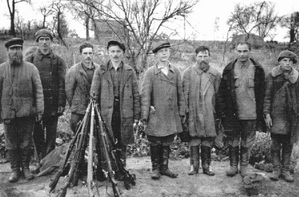 Na fotografii ochotnicy rosyjscy, którzy wspierali niemiecką armię w walkach z partyzantami.