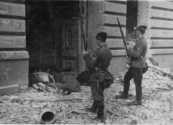 Sowieccy jeńcy wojenni, którzy przeszli na stronę III Rzeszy, uczestniczyli w pacyfikacji warszawskiego getta w 1943 roku. Na zdjęciu żołnierze kolaboranckiej jednostki SS przyglądają się ciałom pomordowanych żydów.