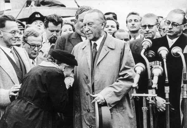 Matka jednego z uwolnionych jeńców dziękuje kanclerzowi Niemiec Konradowi Adenauerowi, po jego powrocie z oficjalnej wizyty w Moskwie w 1955 roku.