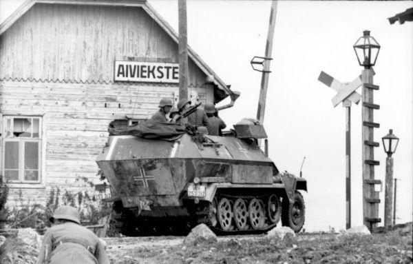 Wojsko niemieckie na Łotwie, w 1941 roku, kilka lat przed rozpoczęciem desperackiego odwrotu armii III Rzeszy.