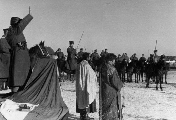 Żołnierze 1. Kozackiej Dywizji Kawalerii na fotografii zrobionej przez Niemców w ramach akcji propagandowej.
