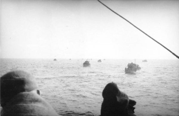 Niemieccy uchodźcy podczas przeprawy przez Morze Bałtyckie. W 1945 z kotła kurlandzkiego cywilów ewakuowano drogą morską.