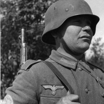 Niektórzy żołnierze Armii Czerwonej tak bardzo nienawidzili sowieckiego reżimu, że przechodzili na stronę Hitlera. Za zdjęciu Tatar w mundurze Wermachtu.