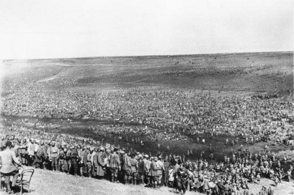 Tłumy radzieckich jeńców wojennych wziętych do niewoli na Froncie Wschodnim w sierpniu 1942 roku.