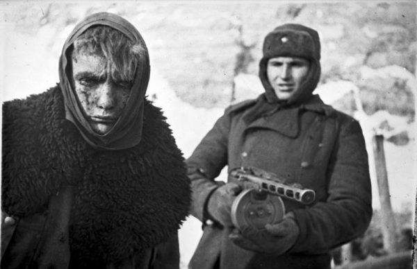 Po kapitulacji wojsk III Rzeszy pod Stalingradem do sowieckiej niewoli dostało się około 100 tysięcy jeńców. Na zdjęciu czerwonoarmista i ranny niemiecki żołdak.