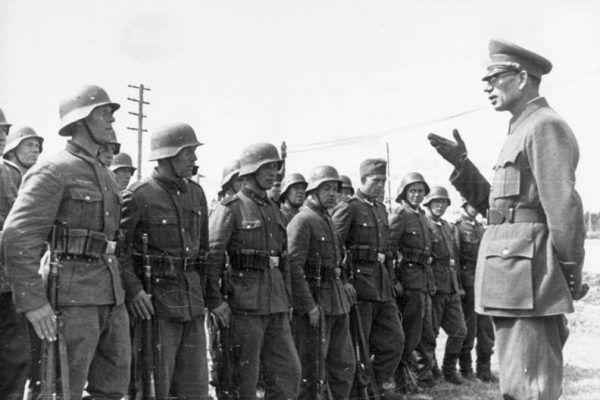 Generał Własow wraz z żołnierzami kolaboracyjnej Rosyjskiej Armii Wyzwoleńczej - ROA.