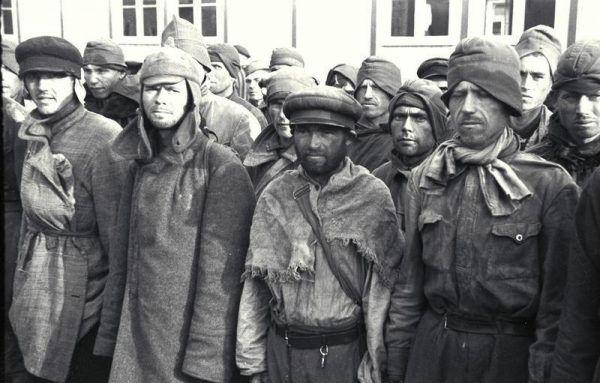 Nowoprzybyli do obozu koncentracyjnego Mauthausen jeńcy sowieccy, październik 1941 roku.