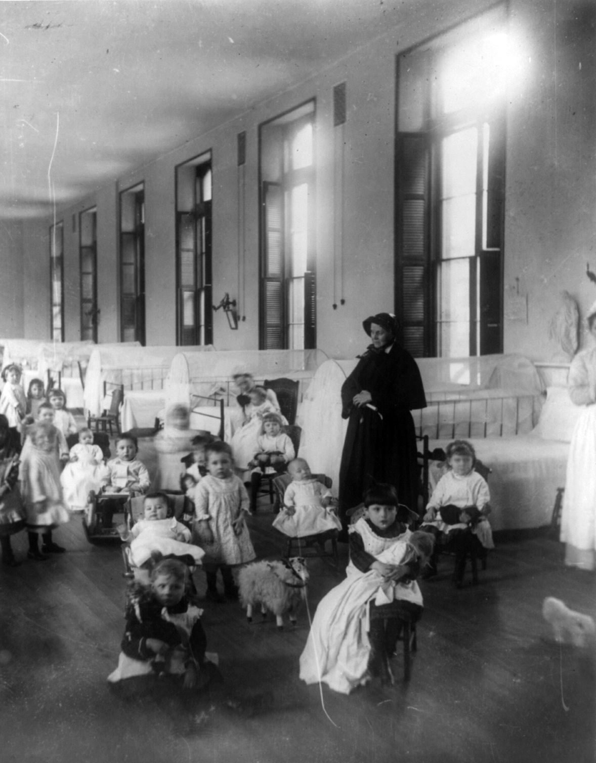Sieroty i nieślubne dzieci nie miały w XIX wieku łatwego życia.