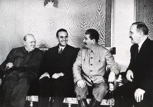 Dla Churchilla wizyta dyplomatyczna w Moskwie w 1942 roku zakończyła się kacem gigantem. Na zdjęciu od lewej Churchill, William Averell Harriman - amerykański ambasador w ZSRR - Stalin i Mołotow.