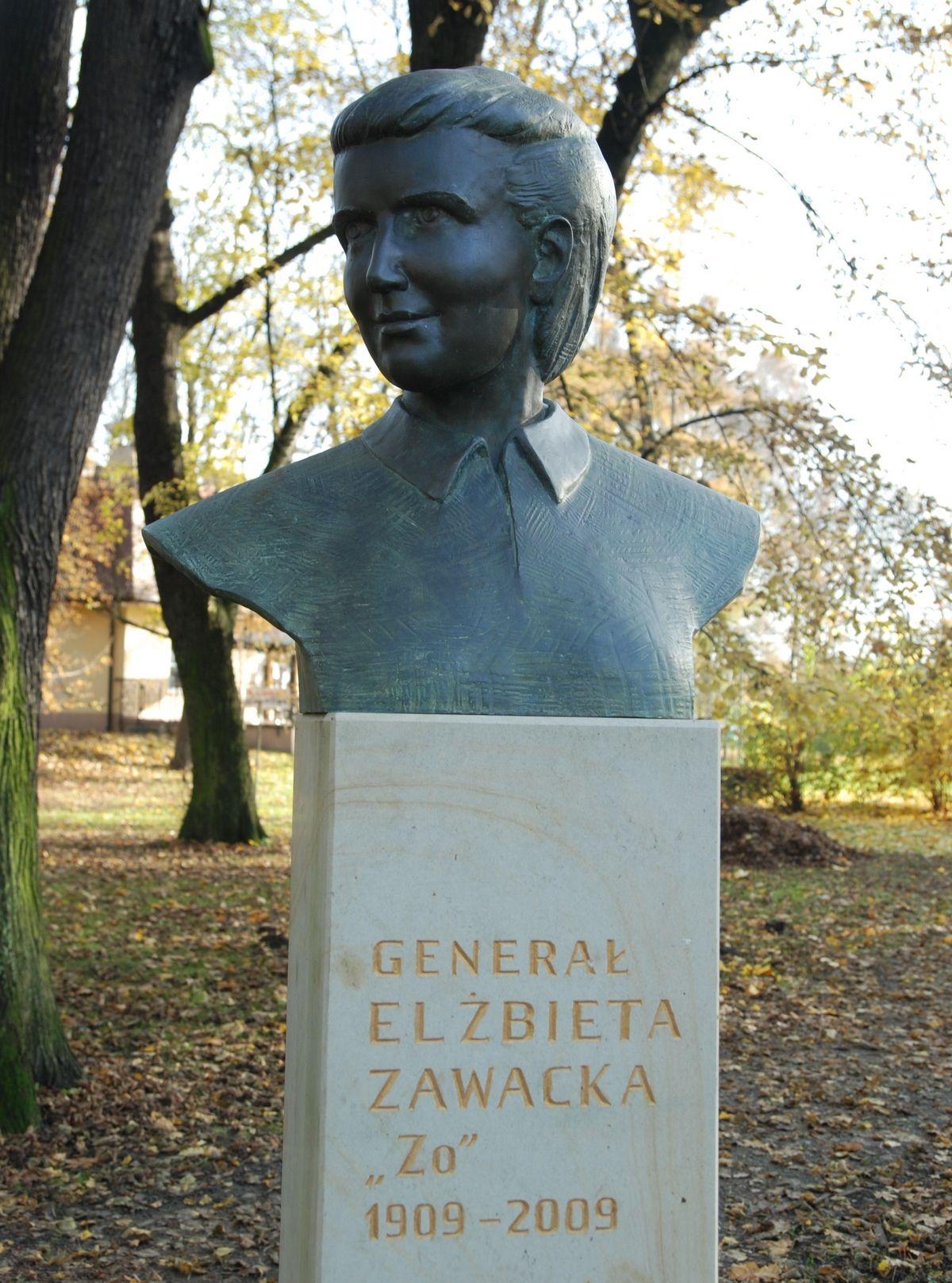 Elżbieta Zawadzka była jedyną kobietą w szeregach cichociemnych. Na zdjęciu jej pomnik w krakowskim Parku Jordana.