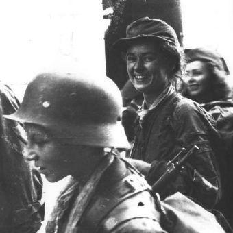 """W trakcie niemieckiej okupacji wiele kobiet wykazało się ponadprzeciętną odwagą. Na zdjęciu do oiktywu uśmiecha się Henryka Zarzycka Dziakowska z Batalionu """"Parasol"""""""