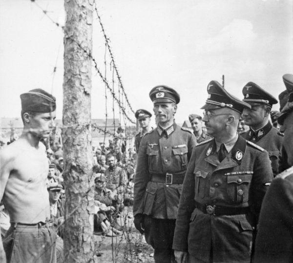 Heinrich Himmler wizytuje obóz jeniecki w 1941 roku.