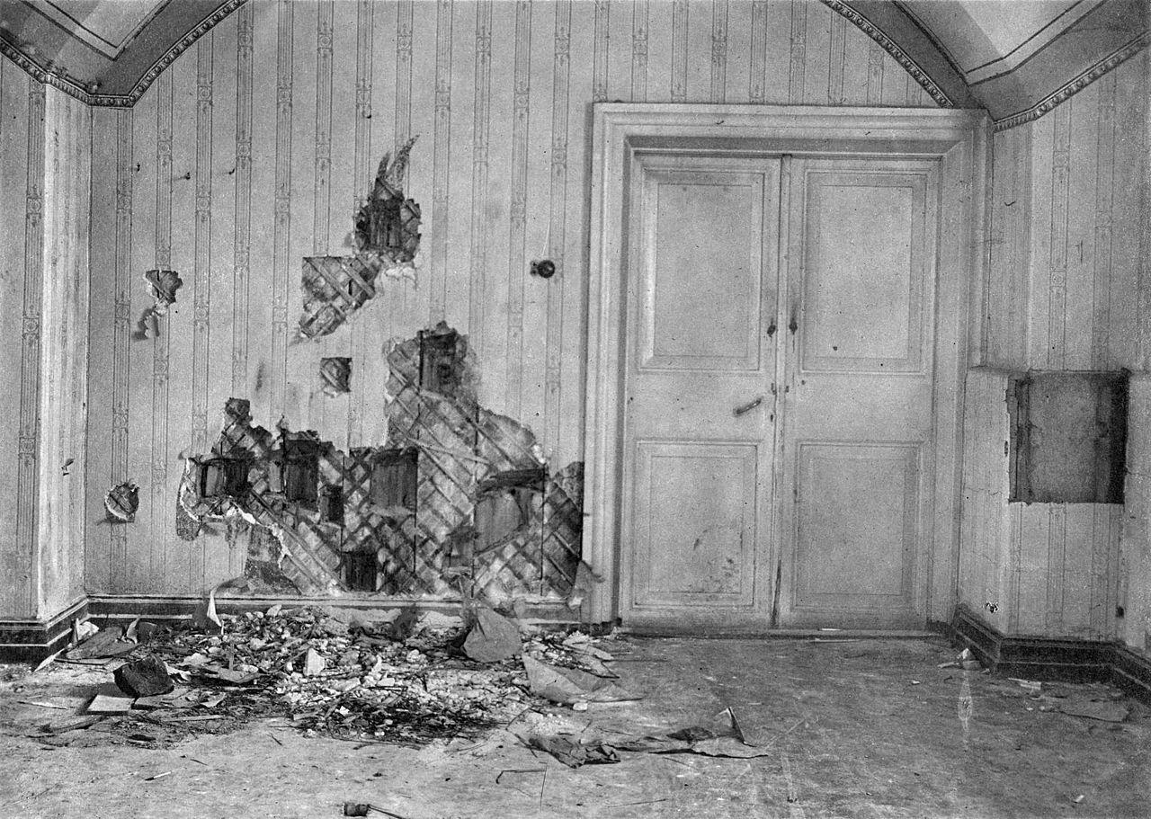 Piwnica Ipatiewa, w której rozstrzelano rodzinę Romanowów. Ścianę częściowo rozebrano w poszukiwaniu nabojów i innych dowodów zbrodni.