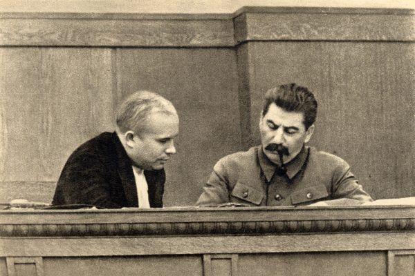 Chruszczow musiał nie tylko wygrać polityczne rozgrywki na Kremlu, aby dojść do władzy. Był też skazany na wieczne imprezy ze Stalinem. Obaj na zdjęciu z 1936 roku.