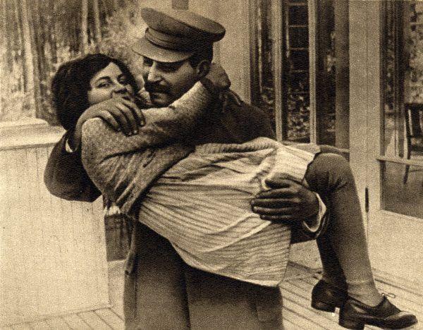 Stalin z córką Swietłaną w 1940 roku. Na przestrzeni lat dyktator zdążył zrazić do siebie wszystkich krewnych... lub zesłać ich do obozów.
