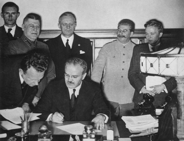 Ribbentrop mógł czuć się zszokowany, kiedy odkrył poczucie humoru Stalina. Na zdjęciu podpisanie sowiecko – niemieckiego traktatu o przyjaźni 28 września 1939 roku.