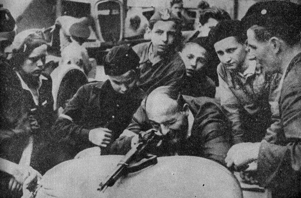 Najmłodsi uczestnicy Powstania podczas nauki strzelania. Polacy mieli ogromne problemy z brakiem uzbrojenia.