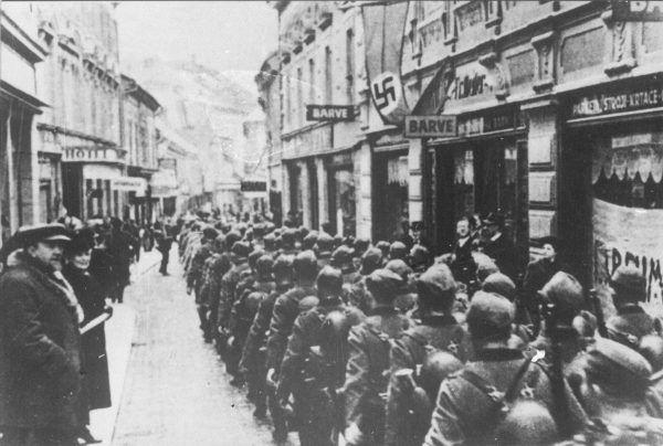 Niemieccy żołnierze podczas przemarszu przez Maribor w 1941 roku.