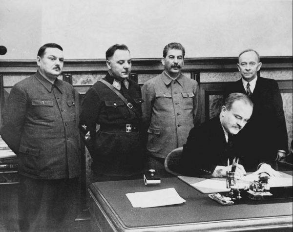 W Związku Radzieckim mocna głowa może pomóc robić karierę. Otto Kuusinen podpisujący kolaboracyjny pakt z sowietami w 1939 roku po prawej stronie zdjęcia.