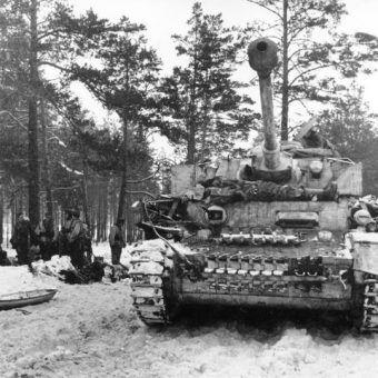 Niemiecki czołg Panzer IV w zimie 1943 roku na terenie ZSRR. Wojska III Rzeszy nie były przygotowane na warunki panujące zimą na wschodzie, co też przyczyniło się do porażki.
