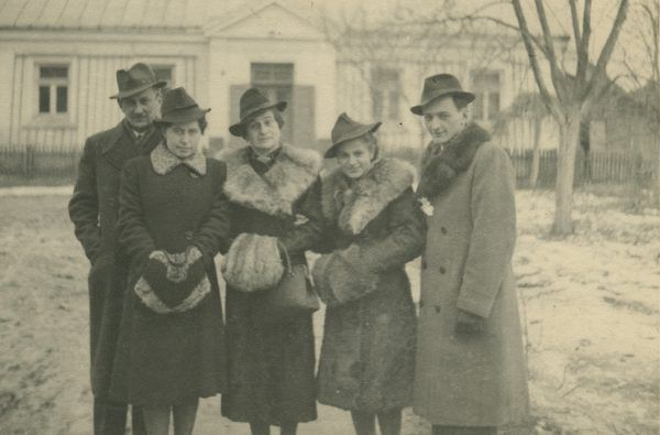 """1941 rok, fotografia wykonana tuż przed ślubem Haliny i Lecha. Zdjęcie z książki """"Dziewczyny wojenne"""" (Znak Horyzont 2017)."""