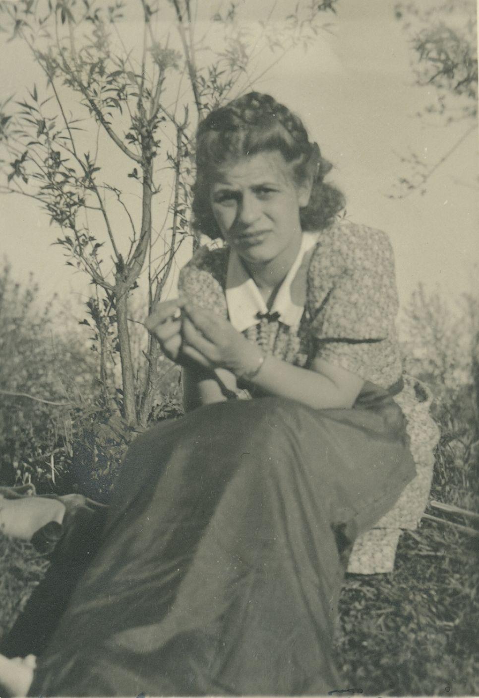 """Helena Rajewska, zdjęcie z 1941 r. Fotografia z książki """"Dziewczyny wojenne"""" (Znak Horyzont 2017)."""