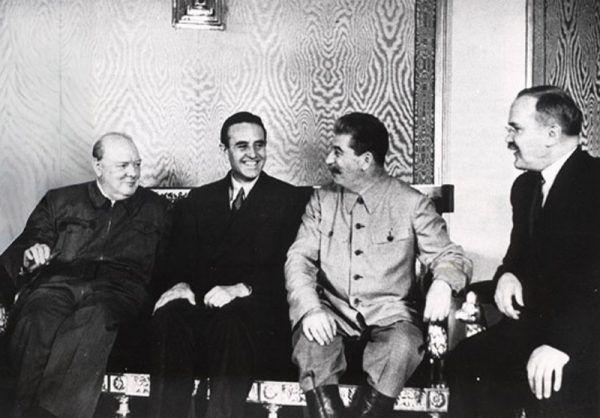Dla Churchilla wizyta dyplomatyczna w Moskwie w 1942 roku zakończyła się kacem gigantem. Na zdjęciu od lewej Churchill, William Averell Harriman – amerykański ambasador w ZSRR – Stalin i Mołotow.