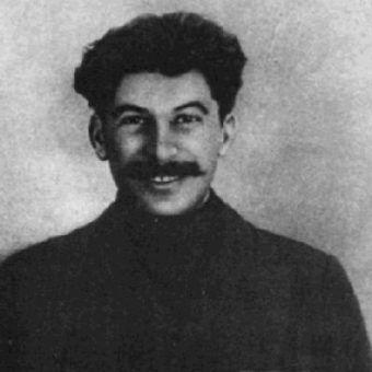 Stalin na zesłaniu w 1915 roku. Ironiczne poczucie humoru pomoże mu utrzymać się przy władzy.