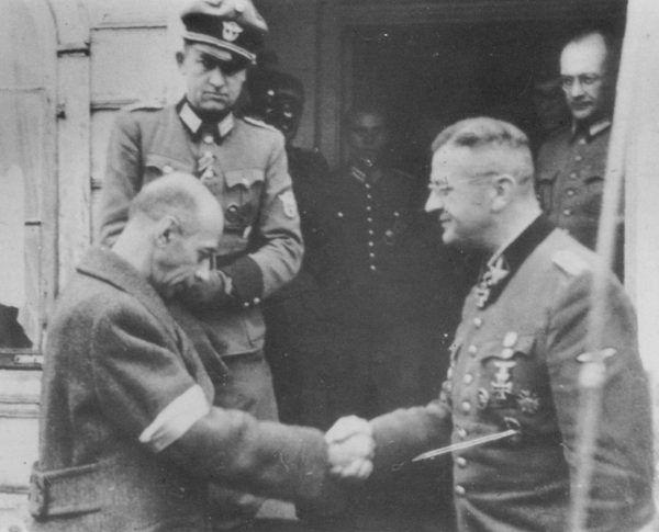 """Generała Tadeusz """"Bór"""" Komorowski ściska dłoń SS-Obergrupenführera Ericha von dem Bach w jego kwaterze w Ożarowie Mazowieckim, październik 1944 roku. Generał Ericha von dem Bach miał polskie korzenie, dawniej nosił nazwisko von dem Bach-Zelewski."""
