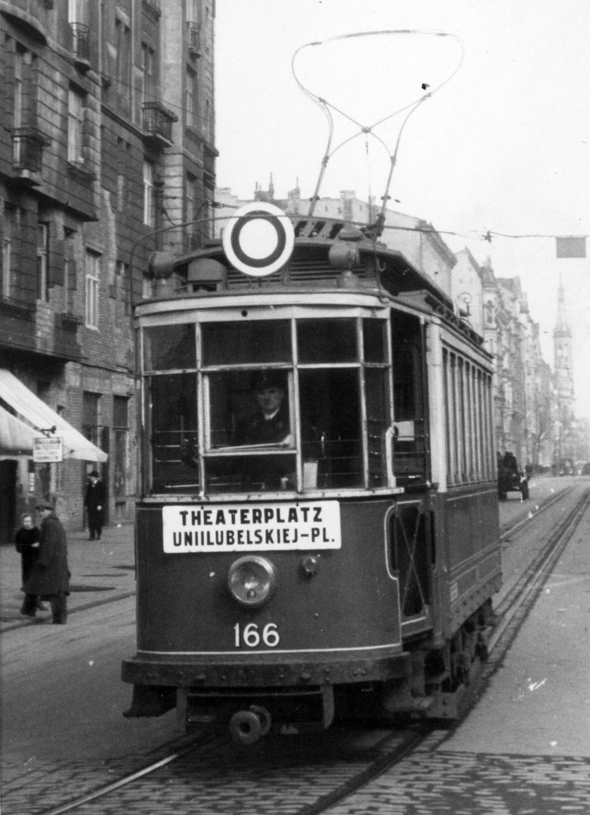 """Aby zmylić Niemców Zawadzka często jeździła tramwajami """"Nur für Deutsche""""."""