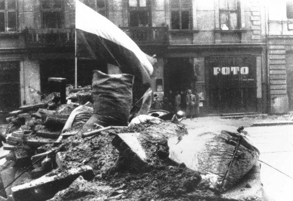 W Powstaniu Warszawskim zginęło ok 16 tysięcy jego uczestników. Na zdjęciu barykada na ulicy Marszałkowskiej.